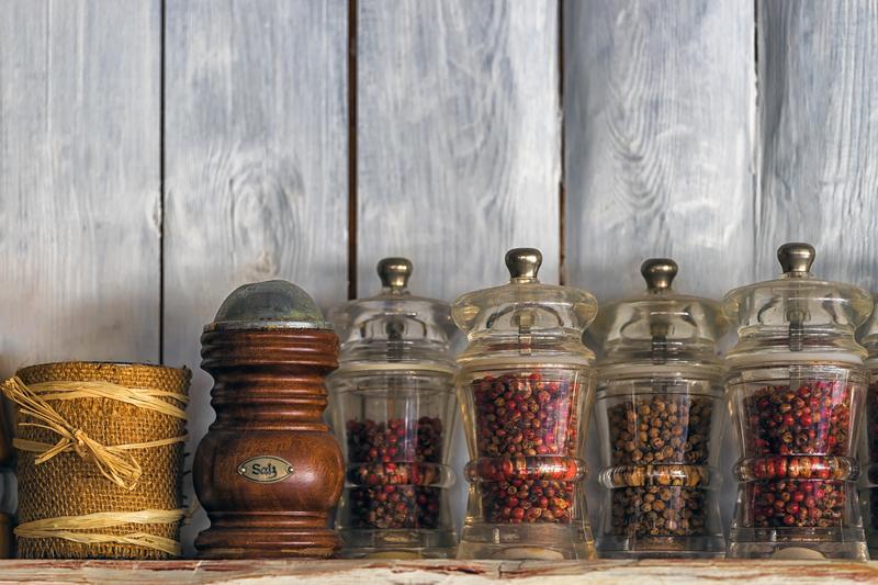 Poriadok v kuchyni. Ako šikovne uskladniť trvanlivé potraviny a bylinky?