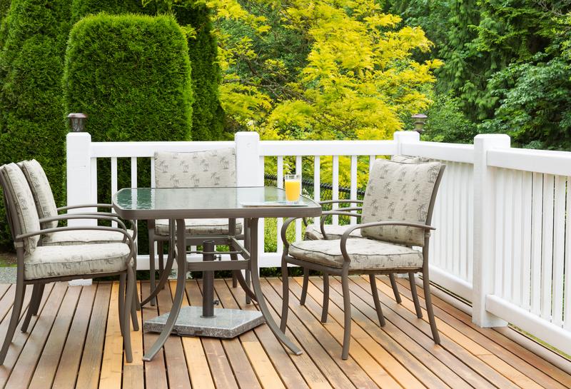 Aké sú výhody a nevýhody záhradného kovového nábytku?