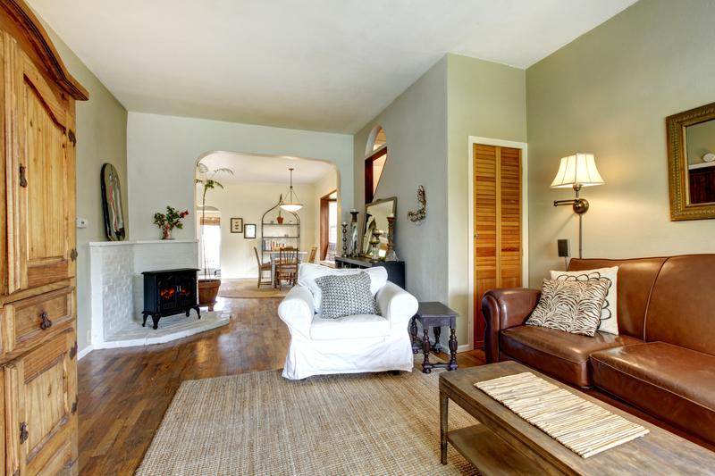 Ako vybrať rustikálny nábytok, aby to dopadlo luxusne? Krb, drevo a kvety