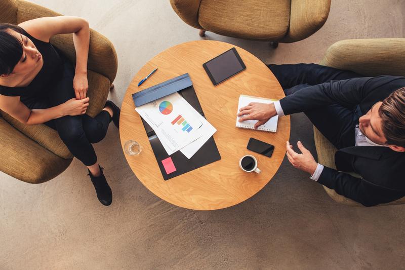 Reprezentatívny aj praktický: ako vybrať konferenčný stolík do firmy?