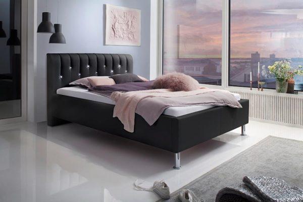 postel na nozickach styla