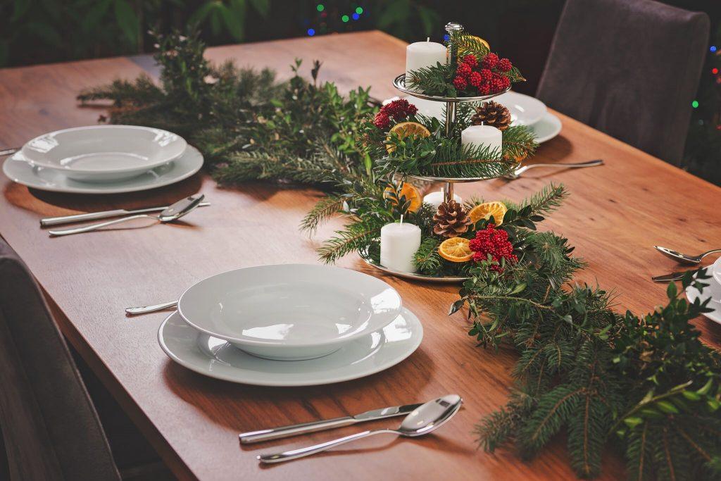 stolová dekorácia zo šišiek a ihličia