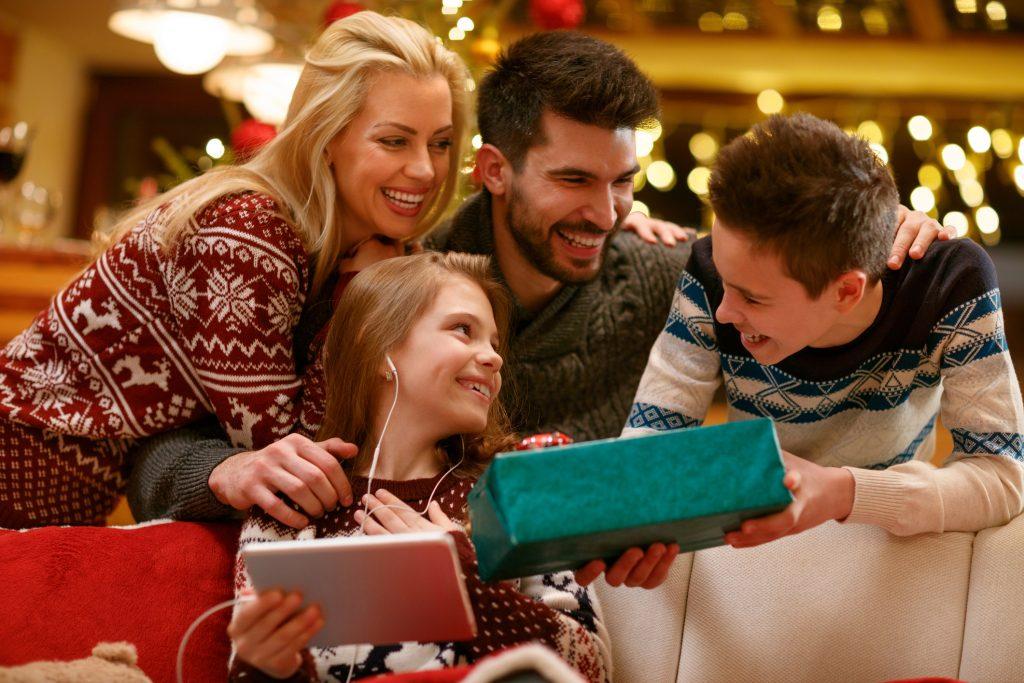 Čím obdariť blízkych na Vianoce? Darčekové inšpirácie pre celú rodinu