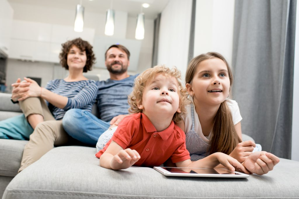 Hľadáte rodinný gauč? 5 dôvodov, prečo kúpiť sedačku do U