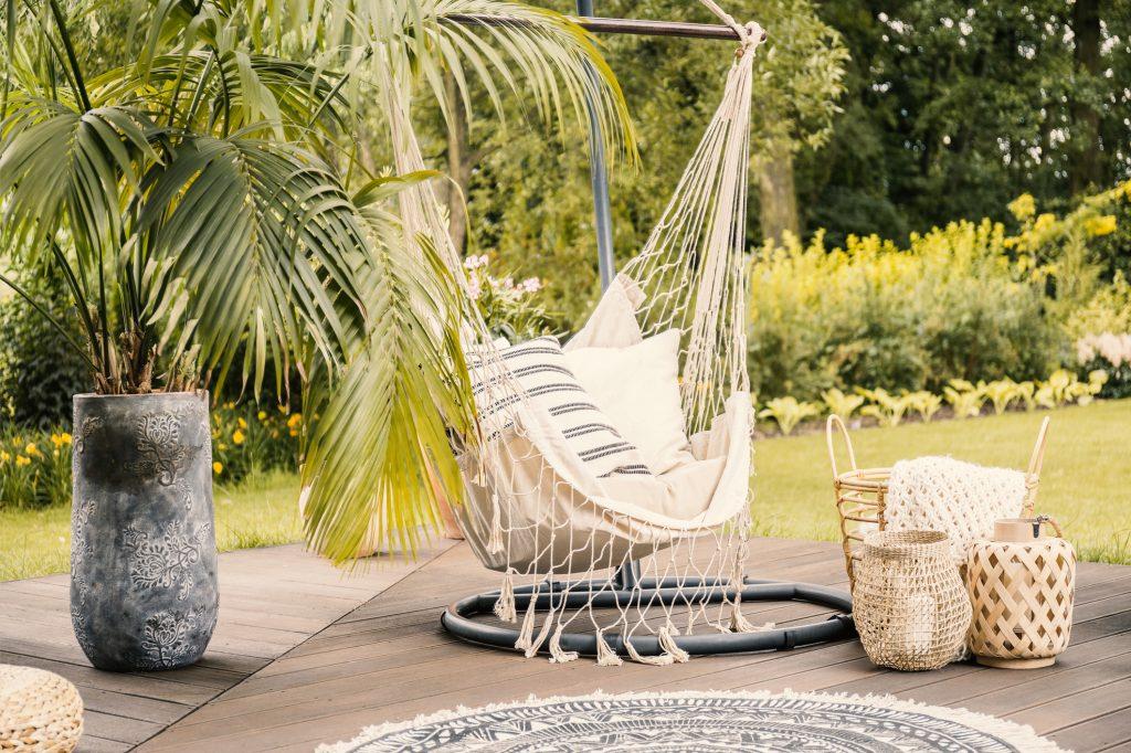 Relax pod hviezdami: záhradné hojdačky, siete či závesné kreslá