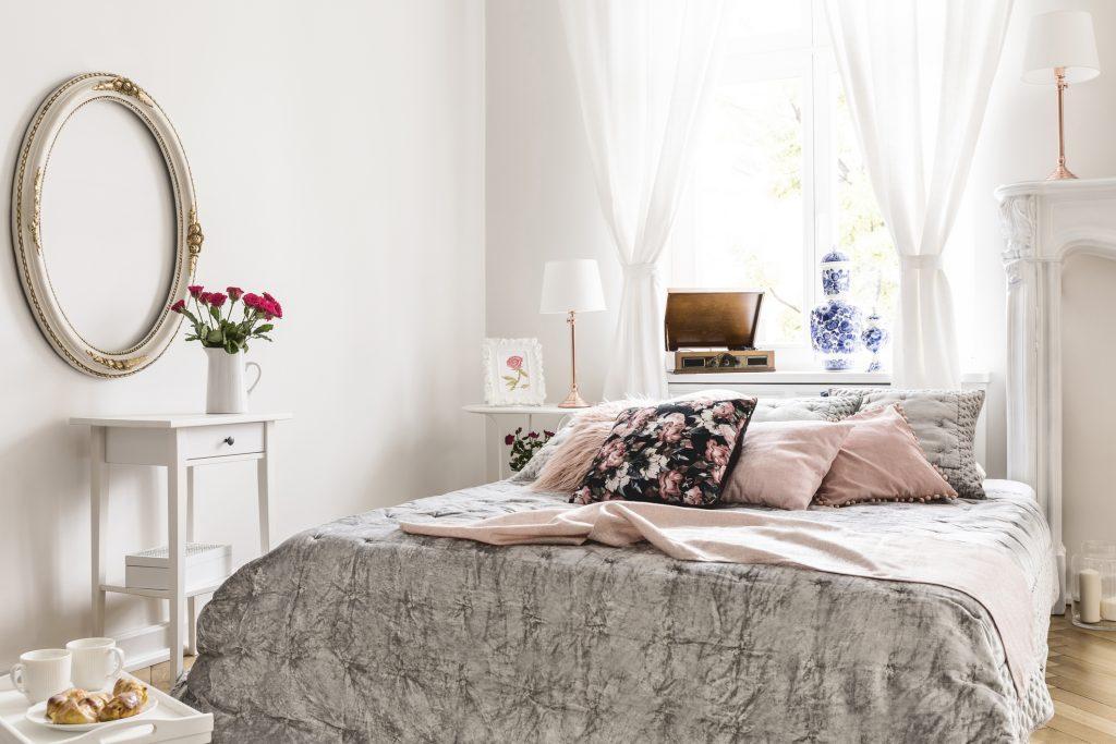Túžite po vintage nábytku do spálne? Inšpirujte sa nežnými trendmi